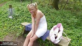 Unschuldiges Teen Girl beim Sextreff im Wald in den Arsch gewichst