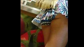 Lorinha tesao com short saia mostrando polpinha!