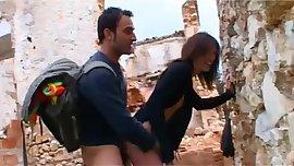 follando en un peblo en ruinas