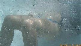 Teen im Pool